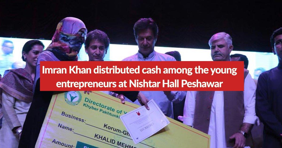 imran-khan-distributes-cheque-peshawar